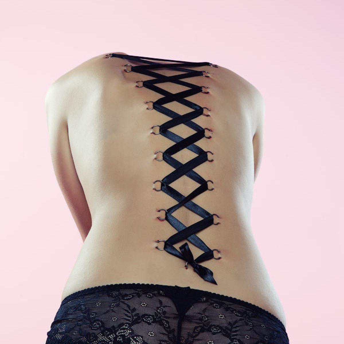 Пирсинг-корсет на спине и ножках